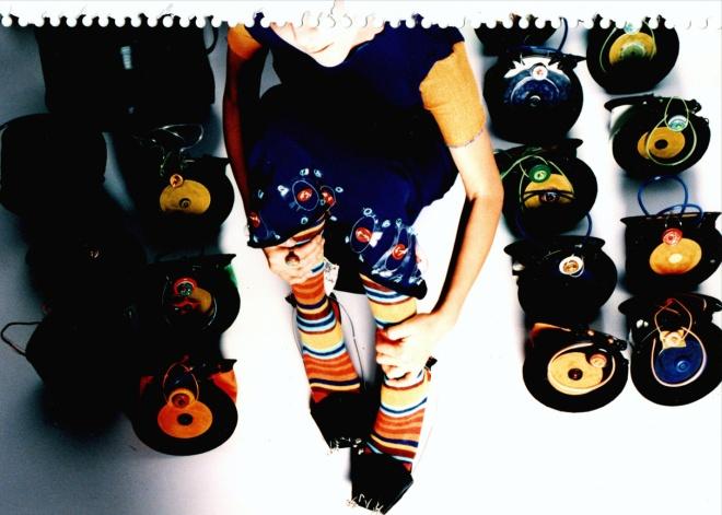Série CÍRCULOS - Discos de vinil e materiais pós-consumo (1997) | Ddaniela Aguilar | Fotos João Araújo
