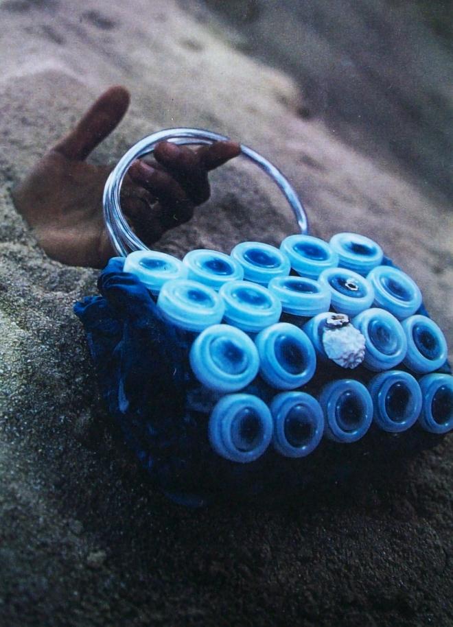 Da série COLMÉIA - tecido e plástico pós-consumo (1995) | Ddaniela Aguilar | Foto André Luppi