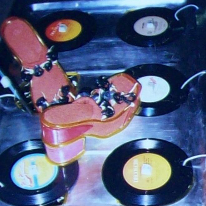 Série CÍRCULOS - Discos de vinil e materiais pós-consumo (2000) | Ddaniela Aguilar | Fotos João Araújo