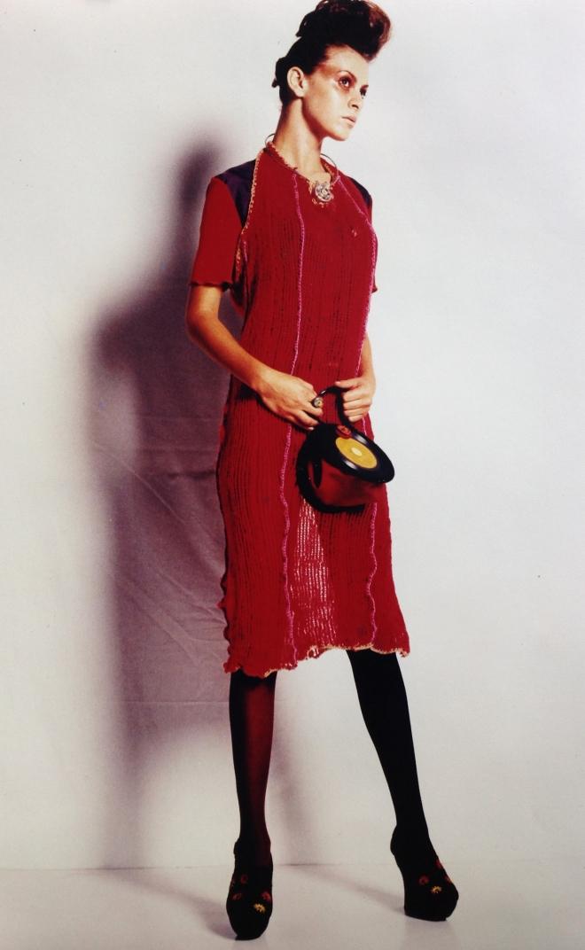 Série OURIÇO - Vestido - tecido embalagem de maçã e bolsa vinil Exposição Grãos e Universo 3 Mulheres (1996) | Ddaniela Aguilar | Foto: João Araújo