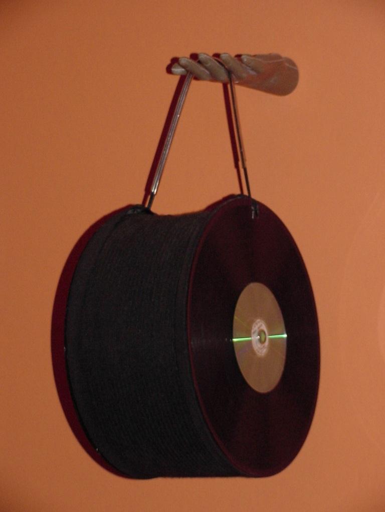 Da série CÍRCULOS ( 1997) - discos de vinil e materiais pós-consumo   Ddaniela Aguilar