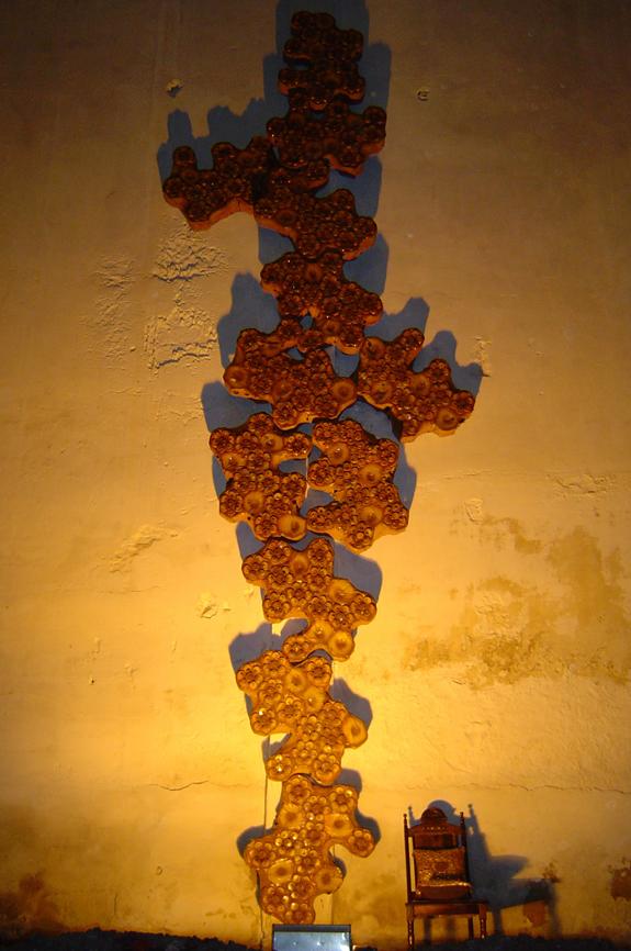 SERIE COLMEIA III (2004) - PEAD e alumínio pós-consumo | Ddaniela Aguilar | Foto Rogério Maranhão