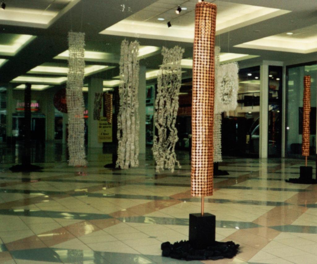 Plástico & Metal. Instalação – Esculturas e Objetos   2001   Ddaniela Aguilar